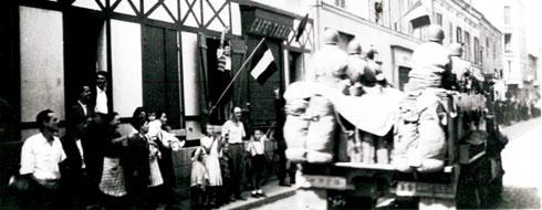 Photo de la libération de Villetaneuse en 1945, des soldats alliés sont acclamés par les habitants dans une rue de Villetaneuse.
